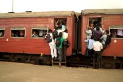 Vollgestopfter Zug in Colombo