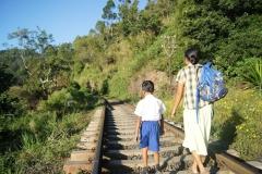 Auf dem Gleis zur Schule